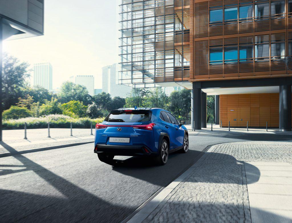 Lexus crossover UX 300 E