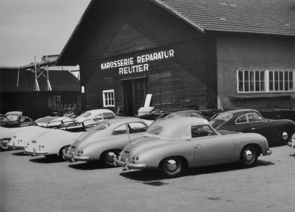 część fabryki Reuttera na terenie obecnego zakładu nr.2  auta - Porsche 356 cabrio, za nim coupe, a jeszcze dalej Speedster (rok 1955) fot. archiwum Porsche