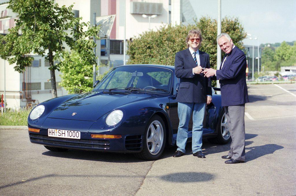 niemiecki pianista Justus Frantz odbierający kluczyki od Porsche 959 coupe  (1988 rok) fot. archiwum Porsche