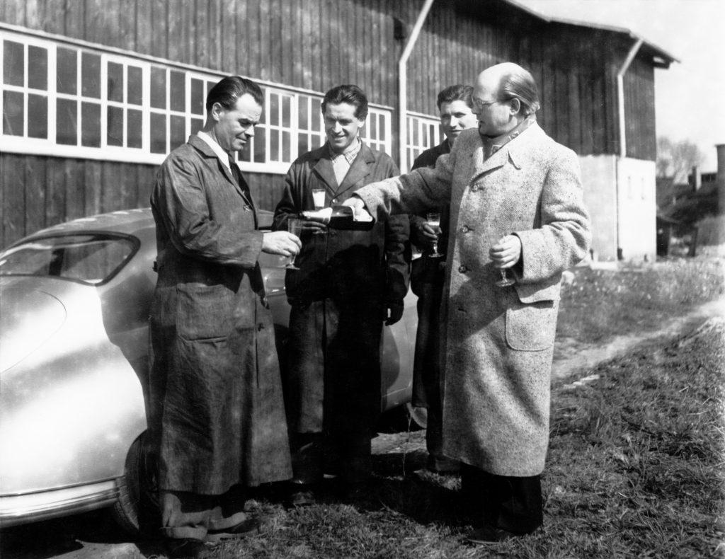 przekazanie pierwszego Porsche 356 z fabryki w Zuffenhausen dr. Ottomarowi  chlapnięto wówczas lampkę szampana  (26 maj 1950 roku) fot. archiwum Porsche