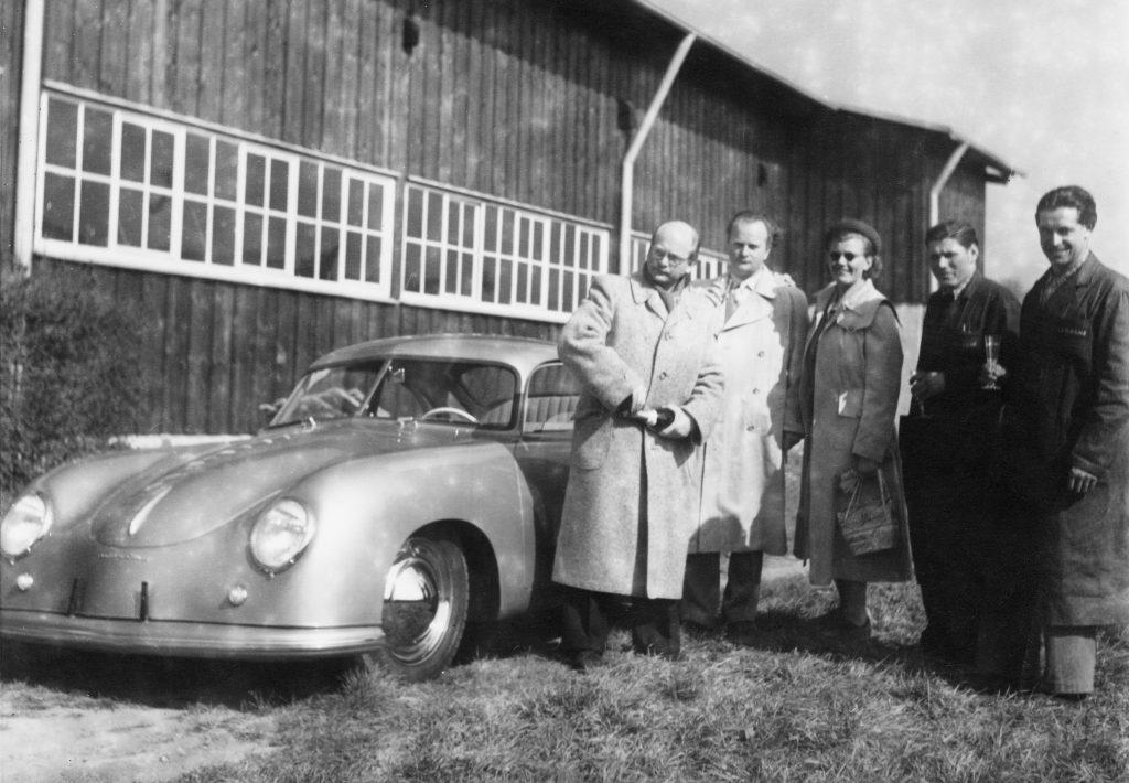 odbiór pierwszego Porsche z fabryki w Zuffenhausen  (26 maj 1950 roku) fot. archiwum Porsche