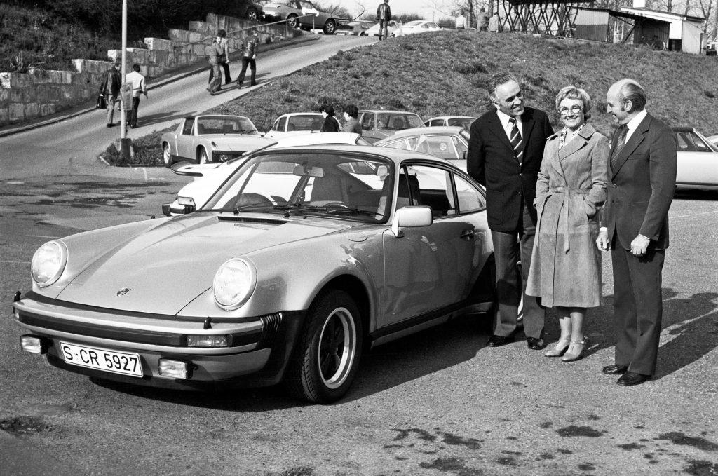 rodzinka Pietschów odbierająca swoje 911 Turbo 3.0 Coupe (1976 rok) fot. archiwum Porsche