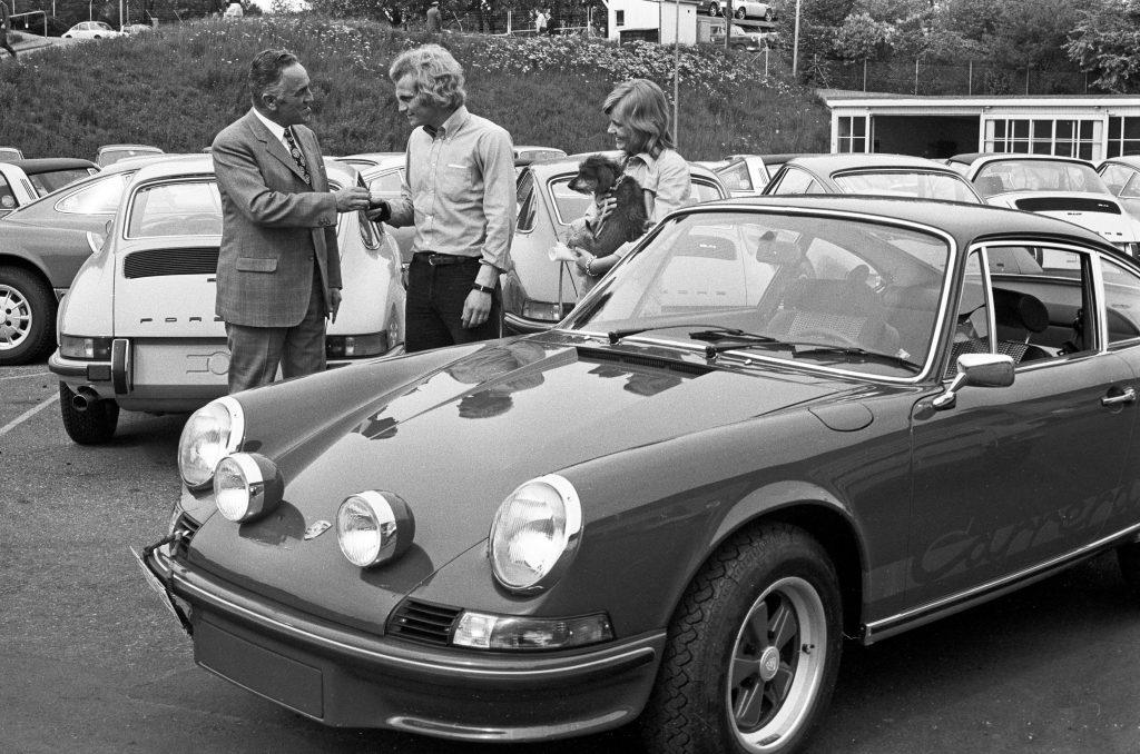 Uli Hoeneß (były piłkarz niemiecki, obecnie menadżer Bayernu Monachium) odbierający swoje Porsche 911 Carrera RS 2.7 coupe  (1973 rok) fot. archiwum Porsche