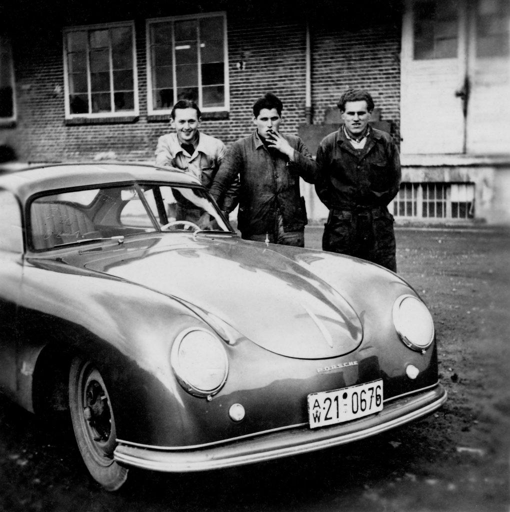 pierwsi pracownicy działu napraw Porsche w Stuttgarcie-Zuffenhausen auto - Porsche 356  (1950 rok) fot. archiwum Porsche
