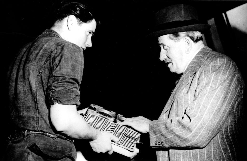 (po lewej) Herbert Linge prezentujący Ferdinandowi Porschemu pierwszy blok cylindra wytworzony w Stuttgarcie dla wczesnych modeli 356  (grudzień 1949 roku) fot. archiwum Porsche