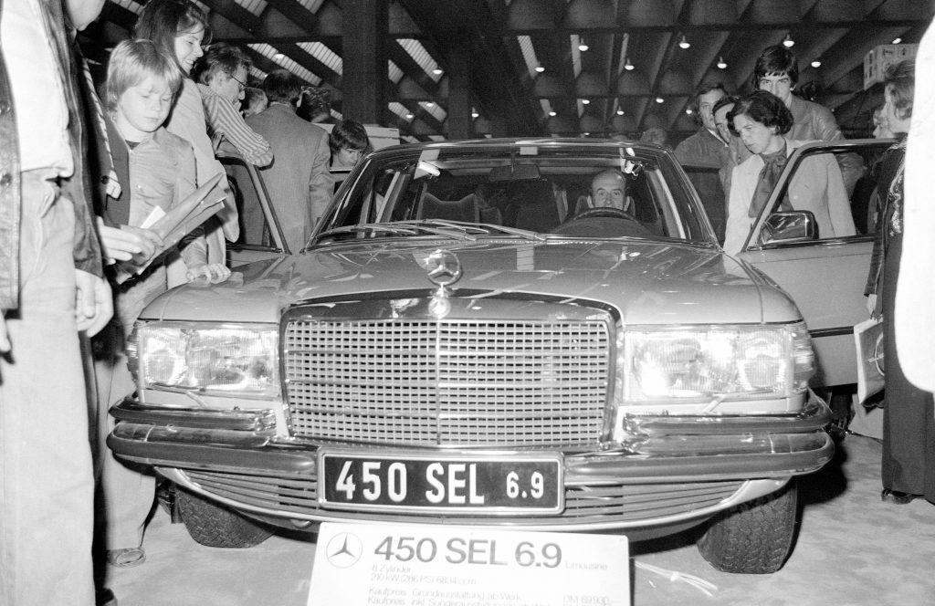 fot. debiut Mercedesa 450 SEL 6.9.   (rok 1975 - International Motor Show)